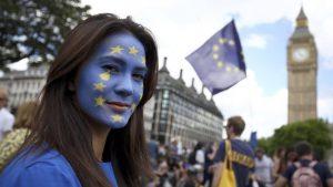 Ilustrasi warga Inggris memprotes Brexit. (REUTERS/Neil Hall)